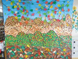 紅葉のちぎり絵で壁面を作りました