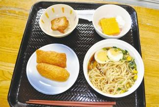 屋台風の昼食を楽しみました